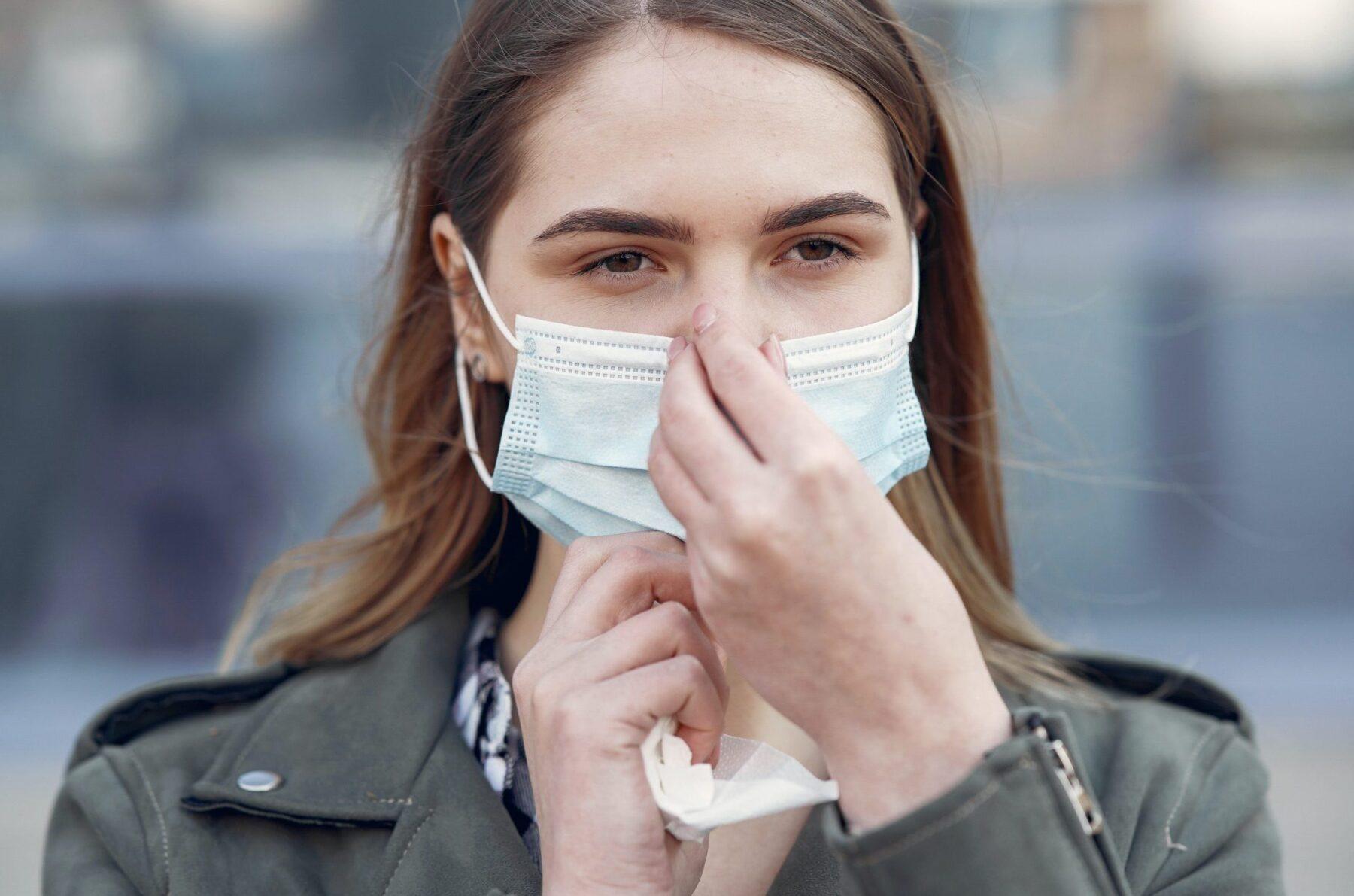 Sve više ljudi nosi maske